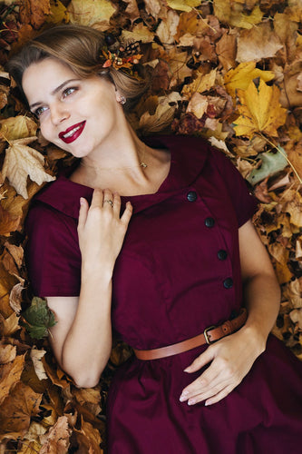Burgundy Knopf Swing Kleid