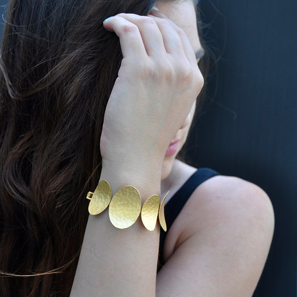 Oval gold linked bracelet