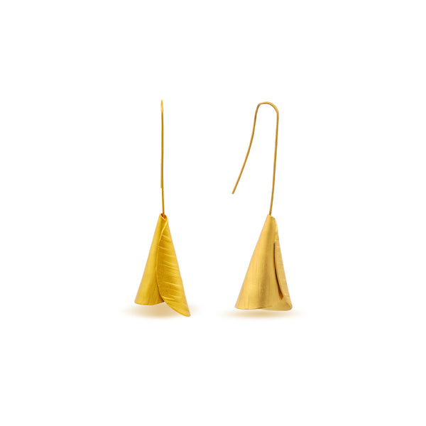 hammered gold curved lily shape dangle earrings