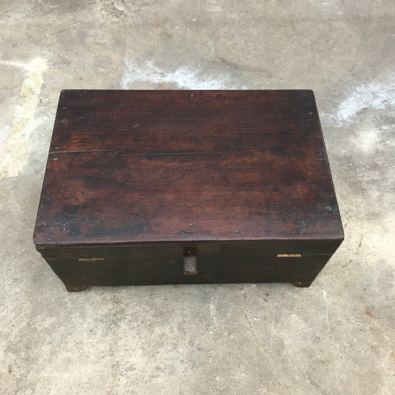 Classic Anglo-Indian wooden box with interior compartments | 38326