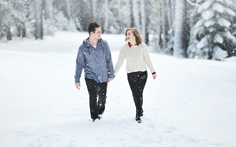 snowy christmas pictures couple
