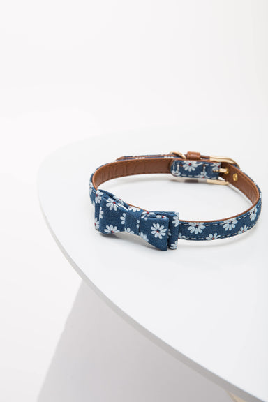 FLOUFFY FEEL floral bow tie dog collar in blue