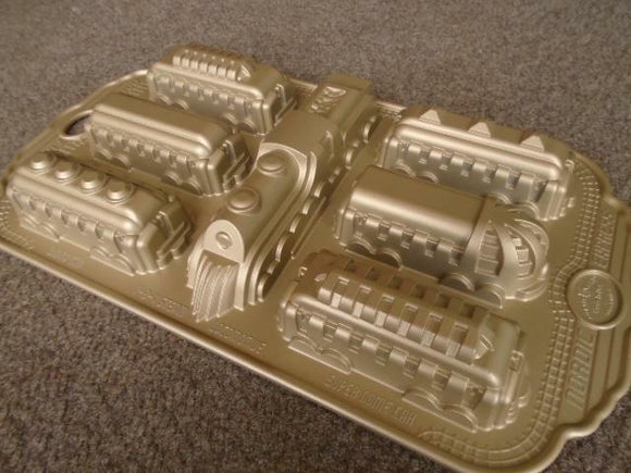 Nordicware 4-8-4 STEAM LOCOMOTIVE TRAIN 7 Car Cakelet Pan COACH SLEEPER DINING