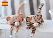 Load image into Gallery viewer, Patrón de ganchillo Gatitos Atigrados Patrón en ESPANOL - Firefly Crochet