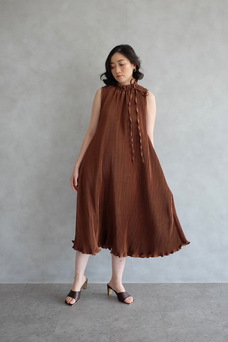 Margo Pleats Dress In Caramell
