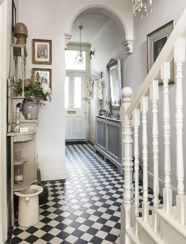 Bath pattern in Victorian hallway