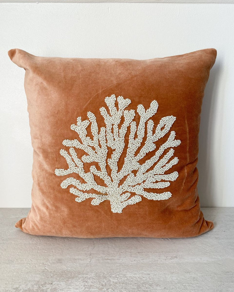Coussin en velours vieux rose broderie corail 45x45cm LIVING BY THE WAVES