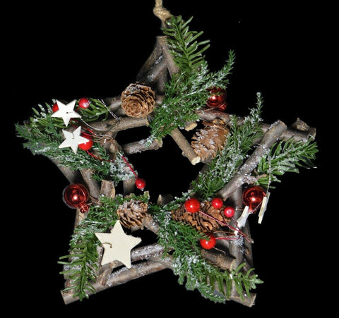 24cm Star Shaped Wreath Traditional Nordic Wood Wreath With Red Berries