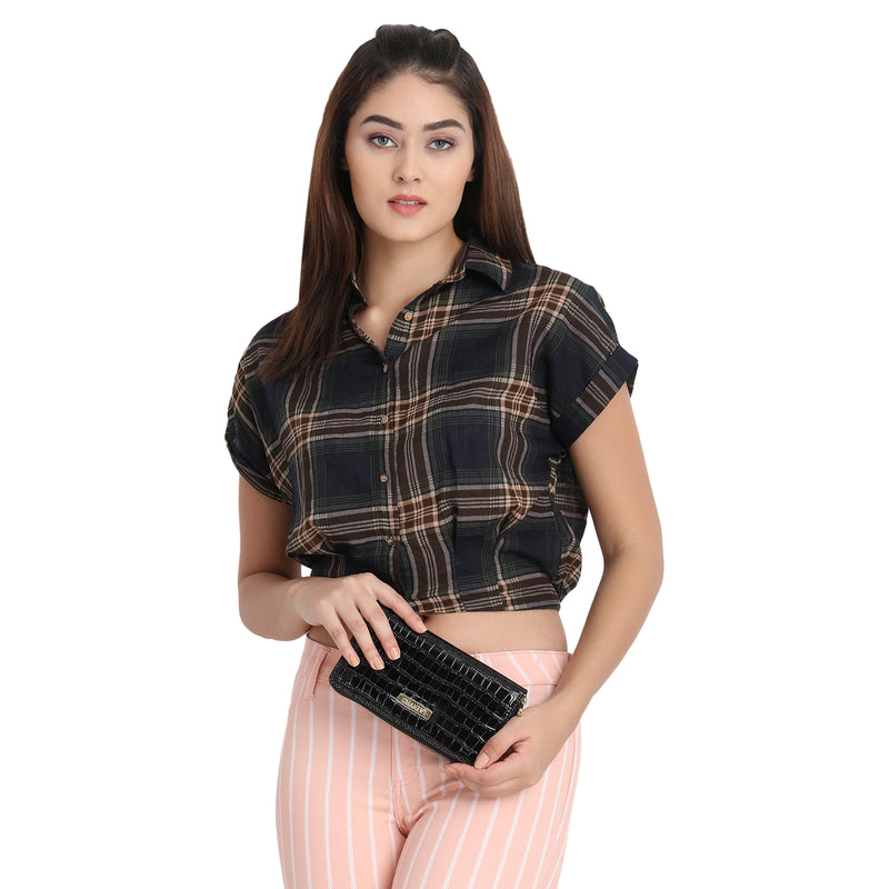 Nia vegan wallet with female model