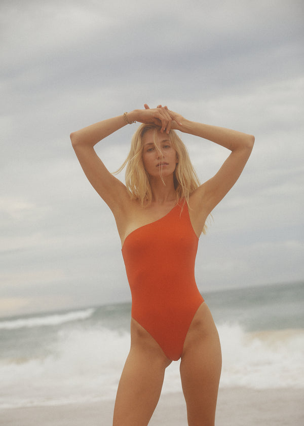 Initial S initials initialsparis surf nager plonger plage voyage econyl nylon recyclé regenerated nylon travel leisure swimwear paris Maillot de bain femme asymétrique orange tangerine 1 pièce fabrication française swimsuit made in france sexy beachwear natural beauty