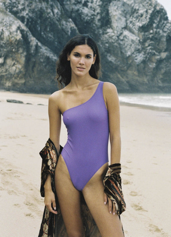 Initial S  initials initialsparis surf nager plonger plage voyage econyl nylon recyclé regenerated nylon travel leisure swimwear paris Maillot de bain femme asymétrique violet lilas 1 pièce fabrication française swimsuit made in france sexy beachwear natural beauty