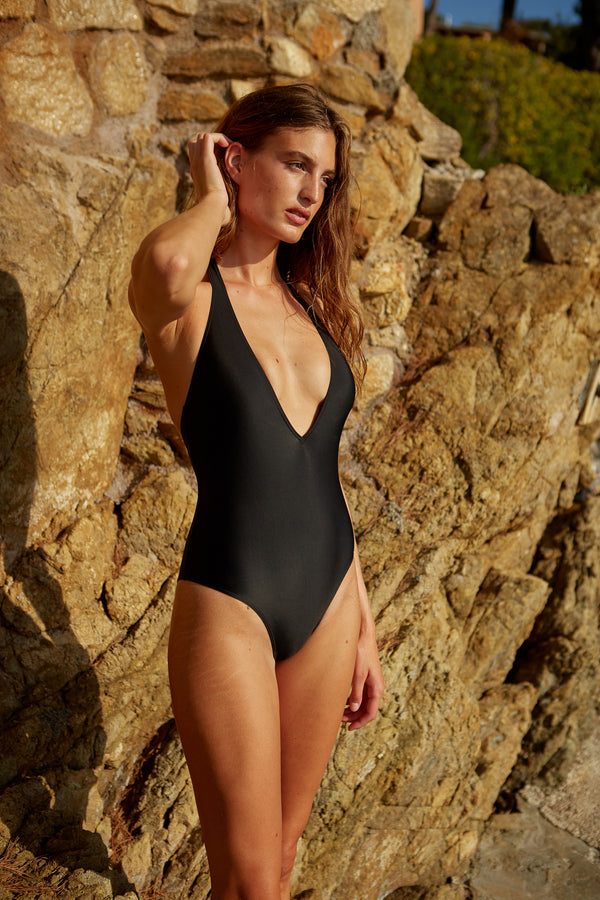 Initial S Maillot de bain femme 1 pièce noir décolleté triangle doré éco responsable fabrication française écologique nager bronzer plonger nylon recyclé swimwear swimsuit women revealing neckline black coal gold triangle sustainable made in france econyl recycled nylon sexy revealing neckline beachwear made from plastic waste natural beauty