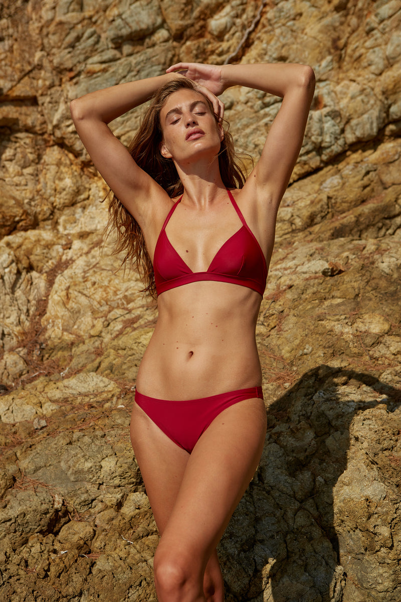 Initial S Maillot de bain femme 2 pièces haut de bikini triangle bande rouge éco responsable allure sportive sensuel fabrication française écologique nager bronzer plonger nylon recyclé swimwear swimsuit women red berry top bra sustainable made in france econyl recycled nylon sporty sensual sexy beachwear made from plastic waste natural beauty