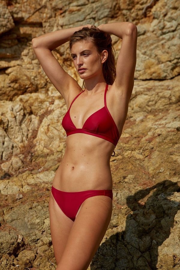 Initial S Maillot de bain femme 2 pièces bas de bikini culotte classique rouge éco responsable allure sportive sensuel fabrication française écologique nager bronzer plonger nylon recyclé swimwear swimsuit women red berry bottom sustainable made in france econyl recycled nylon sporty sensual sexy plastic beachwear made from plastic waste natural beauty
