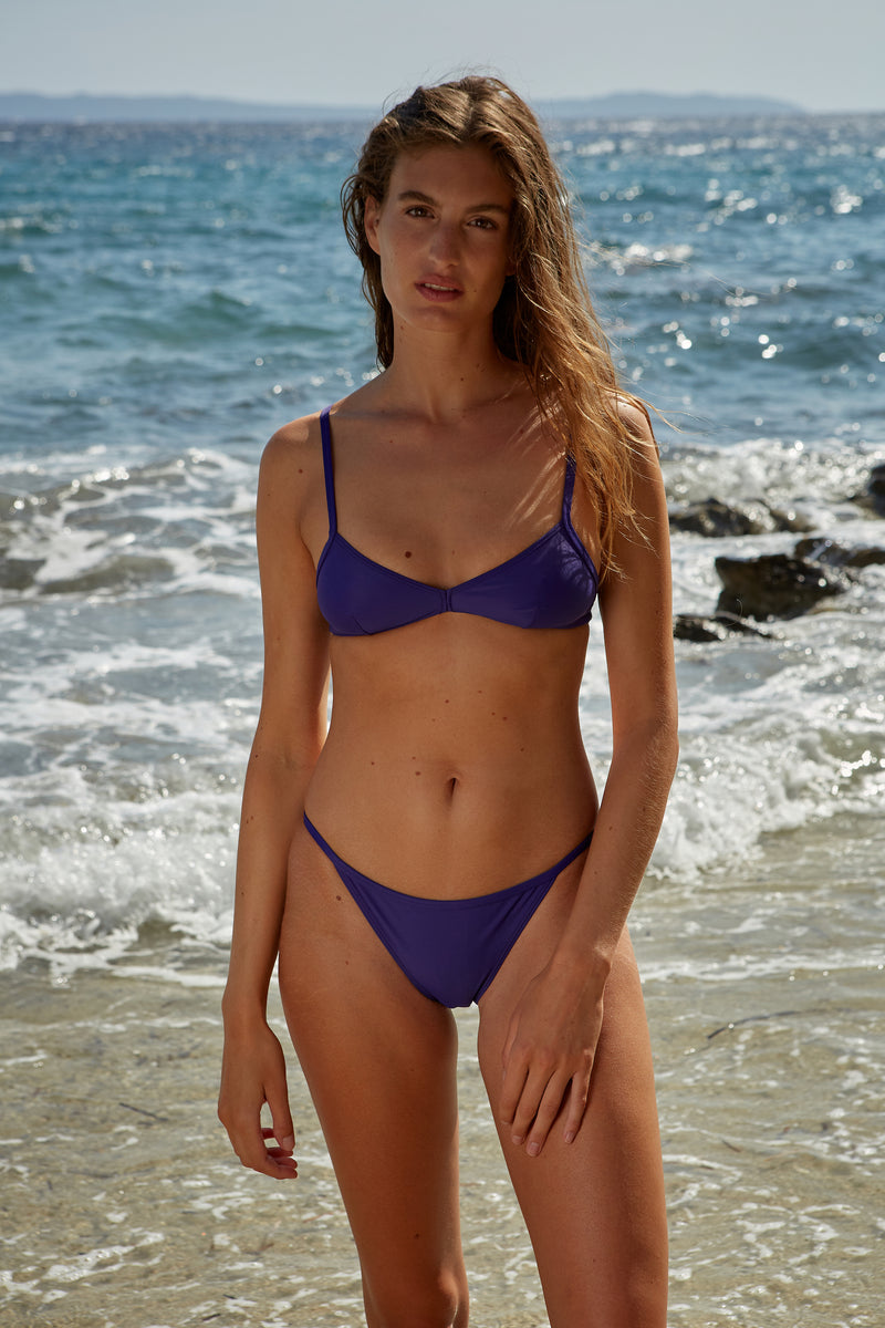 Initial S Maillot de bain femme 2 pièces bas de bikini triangle bleu indigo éco responsable allure sportive sensuel fabrication française écologique nager bronzer plonger nylon recyclé swimwear swimsuit women deep blue bottom sustainable made in france econyl recycled nylon sporty sensual sexy beachwear made from plastic waste natural beauty