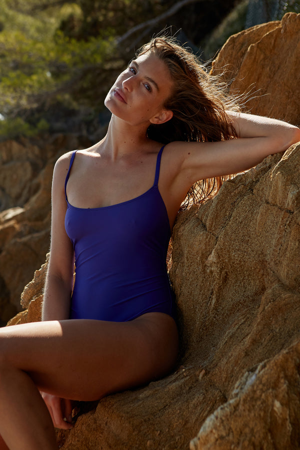 Initial S Maillot de bain femme 1 pièce bleu indigo avec triangle doré éco responsable fabrication française écologique nager bronzer plonger nylon recyclé swimwear swimsuit deep blue gold triangle sustainable made in france econyl recycled nylon beachwear made from plastic waste natural beauty