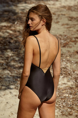 Initial S Maillot de bain femme 1 pièce noir avec triangle doré éco responsable fabrication française écologique nager bronzer plonger nylon recyclé swimwear swimsuit black coal gold triangle sustainable made in france econyl recycled nylon beachwear made from plastic waste natural beauty