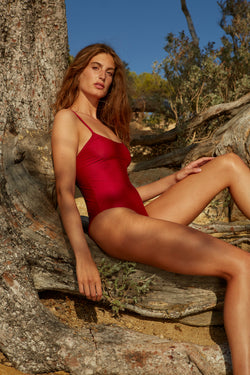 Initial S Maillot de bain femme 1 pièce rouge avec triangle doré éco responsable fabrication française écologique nager bronzer plonger nylon recyclé swimwear swimsuit red berry gold triangle sustainable made in france econyl recycled nylon beachwear made from plastic waste natural beauty