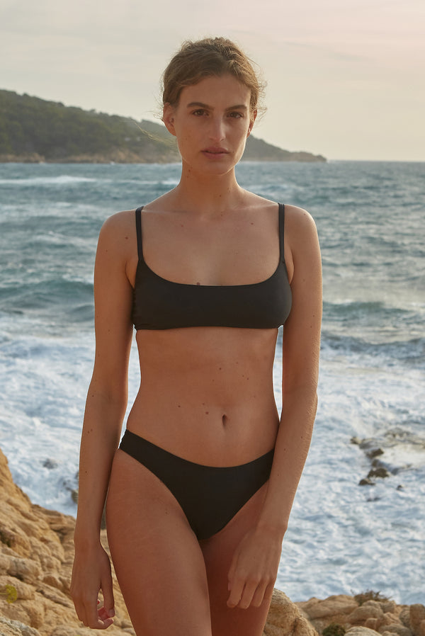 Initial S Maillot de bain femme 2 pièces haut de bikini bandeau brassière noeuds noir éco responsable allure sportive sensuel fabrication française écologique nager bronzer plonger nylon recyclé swimwear swimsuit women black coal top bra sustainable made in france econyl recycled nylon sporty sensual sexy beachwear made from plastic waste natural beauty