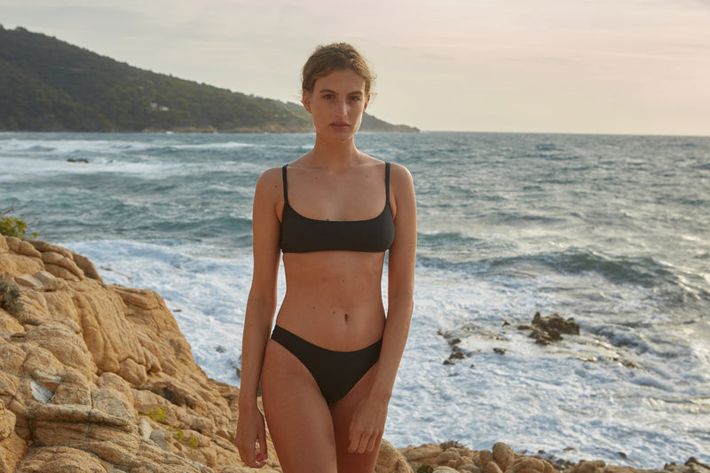 Initial S Maillot de bain femme 2 pièces bas de bikini tanga taille haute noir échancré éco responsable allure sportive sensuel fabrication française écologique nager bronzer plonger nylon recyclé swimwear swimsuit women black coal bottom sustainable made in france econyl recycled nylon sporty sensual sexy high waisted beachwear made from plastic waste natural beauty
