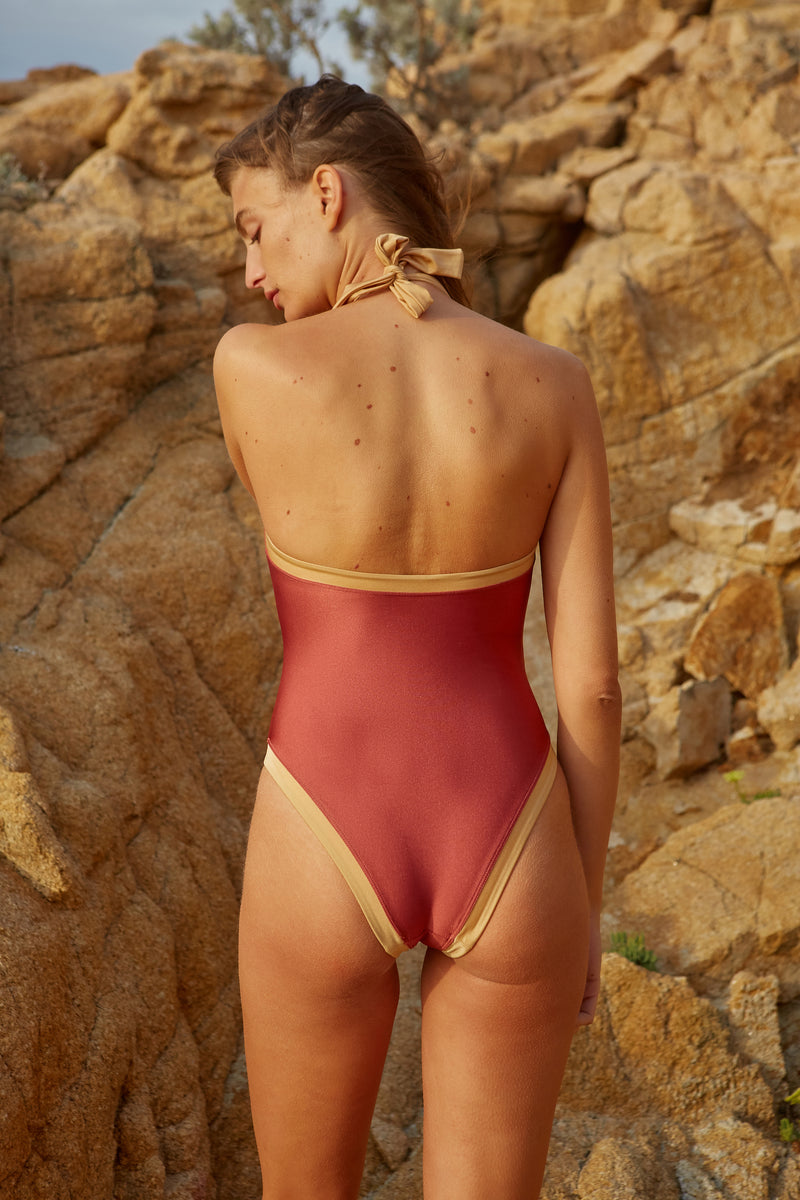Initial S Maillot de bain femme 1 pièce col montant noeud doré et rouille irisé brillant dos nu fabrication française surf nager plonger swimwear swimsuit made in france high neck collar shimmery fabric shiny gold sexy beachwear natural beauty