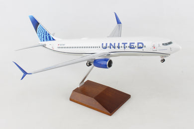 SKR8284 SKYMARKS UNITED 737-800 1/100 2019 LIVERY W/WOOD STAND&GEAR - SkyMarks Models