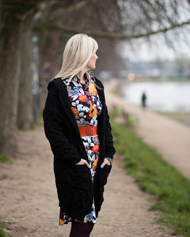 Dagens outfit | Annabell black flowers + lang sort cardigan