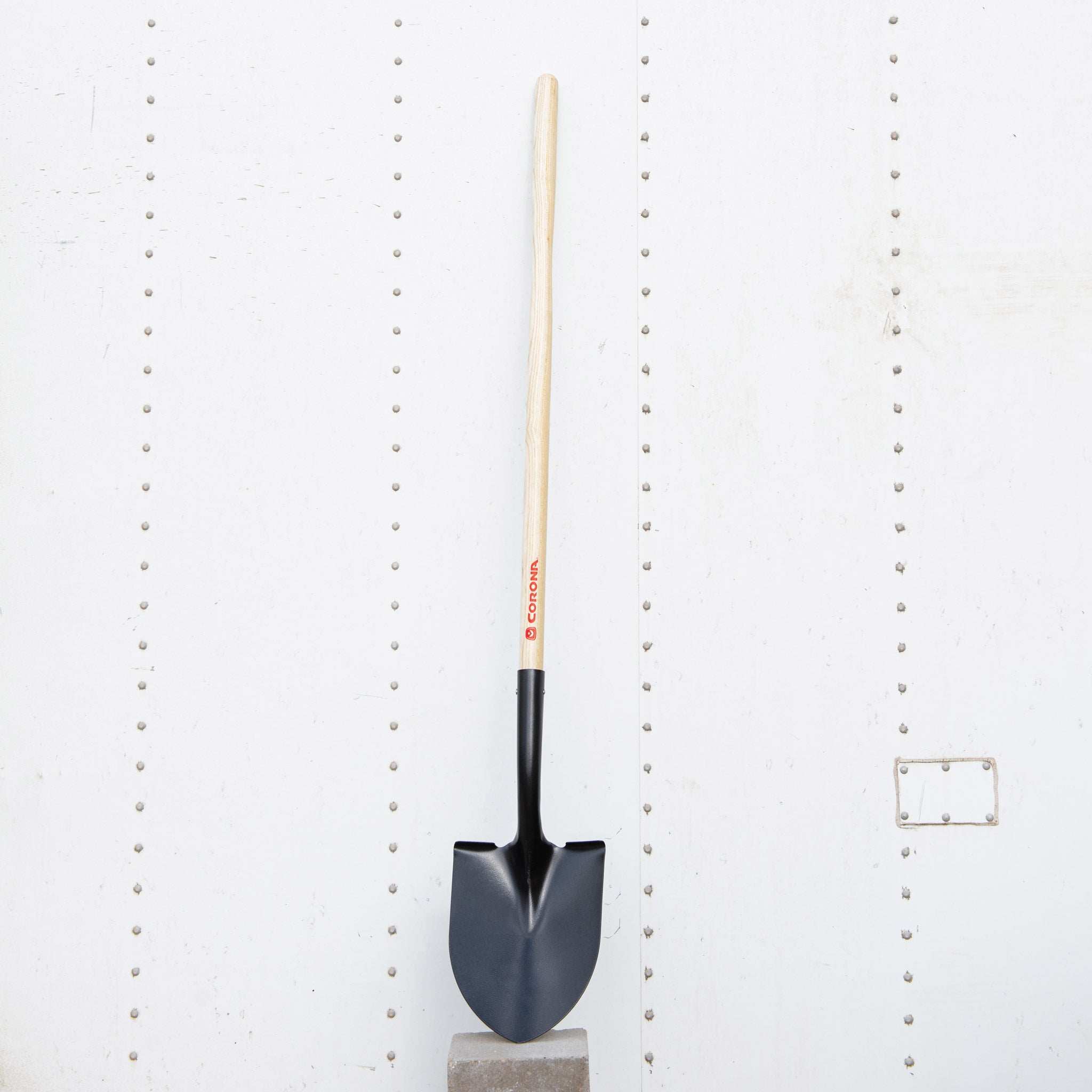 Corona Round-Point Shovel – Wooden Handle
