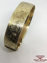Laden Sie das Bild in den Galerie-Viewer, Engraved Gold Bangle