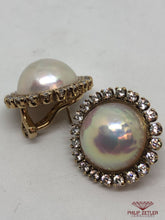 Laden Sie das Bild in den Galerie-Viewer, 18ct Mabe Pearl & Diamond Earrings