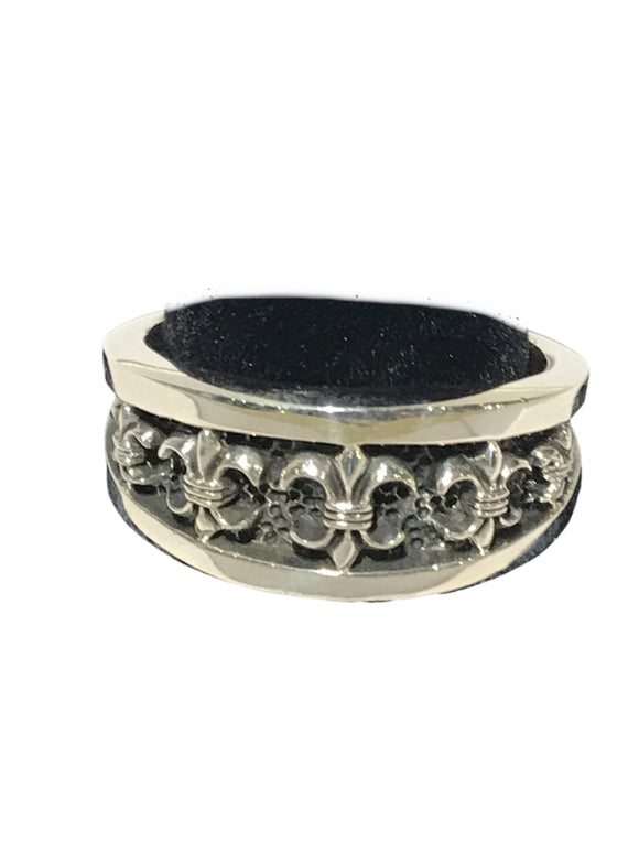 Silver band lined with inlaid Fleur de lis
