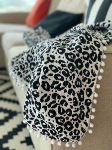 blanket with pom poms made of organic cotton in leo design