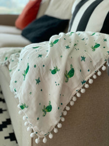 Blanket with pom poms and turtle design made of organic muslin bamboo