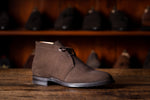 Laden Sie das Bild in den Galerie-Viewer, Chukka Boot // English Suede // Dunkelbraun // Dainite Sohle