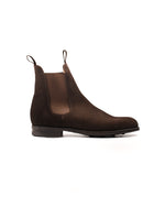 Laden Sie das Bild in den Galerie-Viewer, Chelsea Boot // English Suede // Dunkelbraun // Dainite Sohle