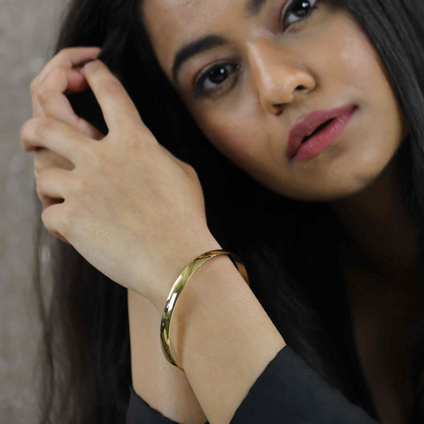 Model Wearing Simple Sleek Timeless Plain Solid Gold Bangle By Jewelry Lane