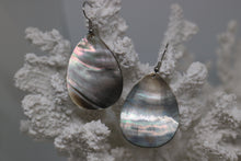 Load image into Gallery viewer, Black mother of pearl shell silver earrings