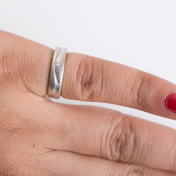Finger View of Elegant Platinum Ring with Diamonds for Women SJ PTO 130. This photo shows how this elegant platinum ring looks when worn by a woman.