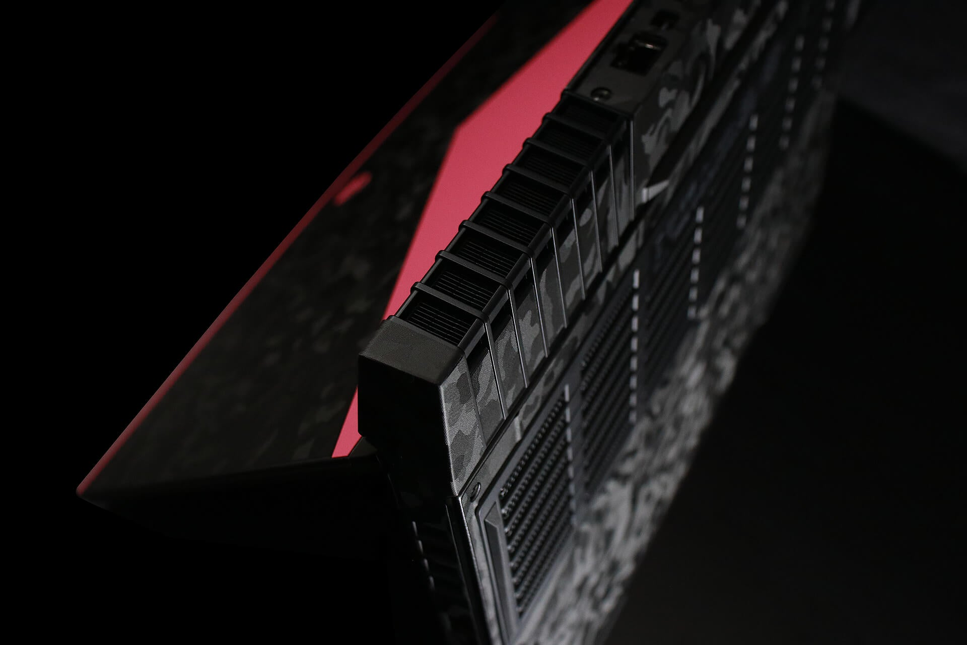 Alienware 15 R4 Black Camo and True Colour Pink Skins