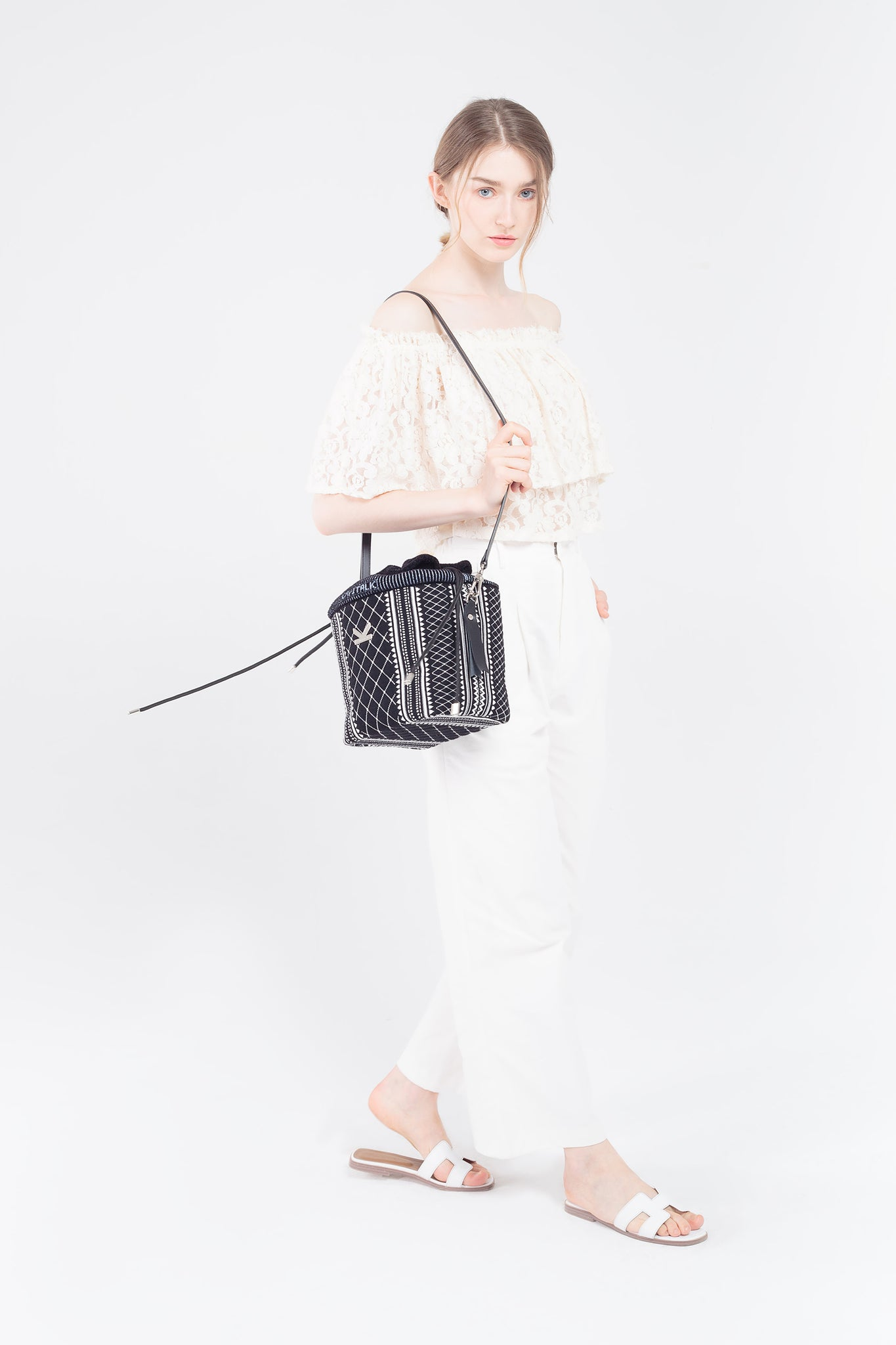 Crackles Embellish Diamond Bucket Bag Black