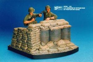 1/35 US AIRBORNE IN VIETNAM-2FIGS W/BASE