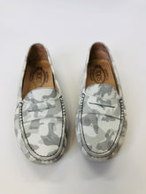 Load image into Gallery viewer, Tod's White and Grey Gommini Mocassini Size 37