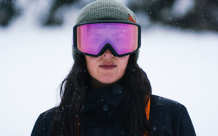 Woman wear Axis Rose quartz goggles for snowboarding with magnetic lens