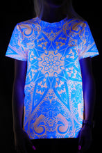 Laden Sie das Bild in den Galerie-Viewer, Samtneon-Mandala-T-Shirt