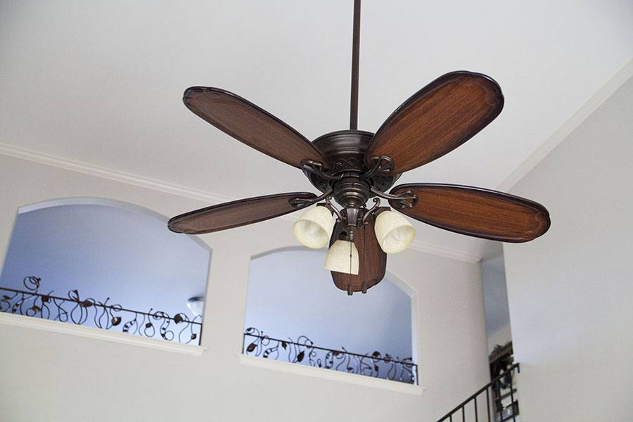 Hunter Fan Company traditional ceiling fan with light