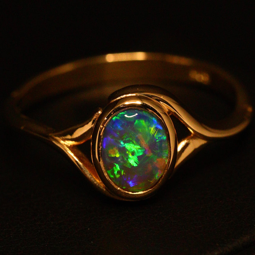 Lightning Ridge crystal opal & 14ct yellow gold ring