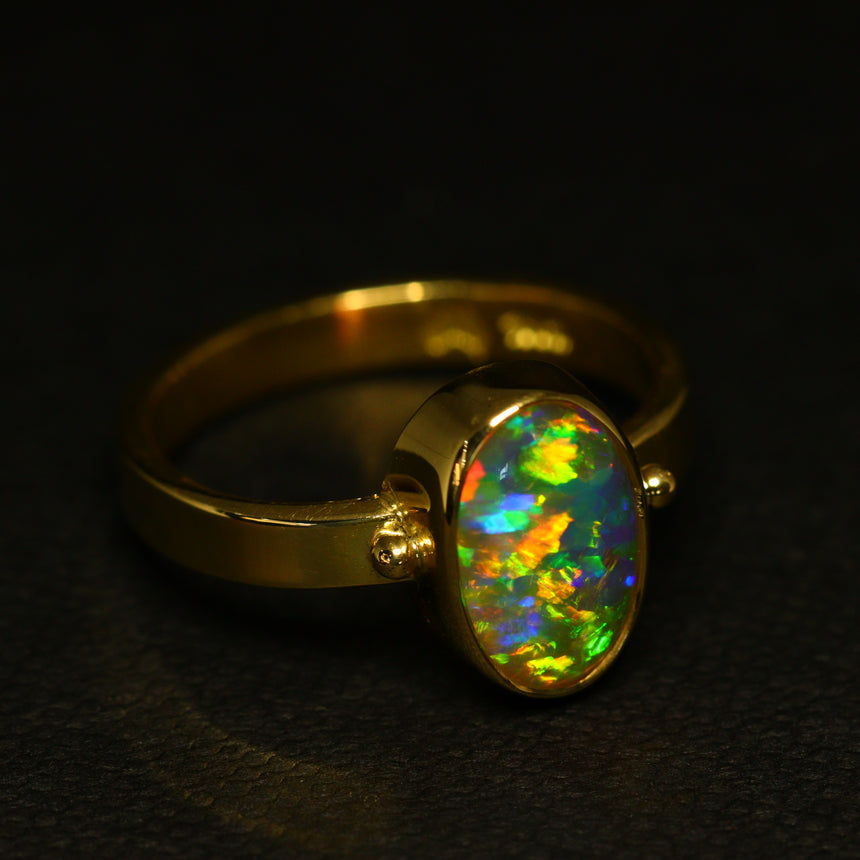 Gem crystal opal & 18ct gold ring
