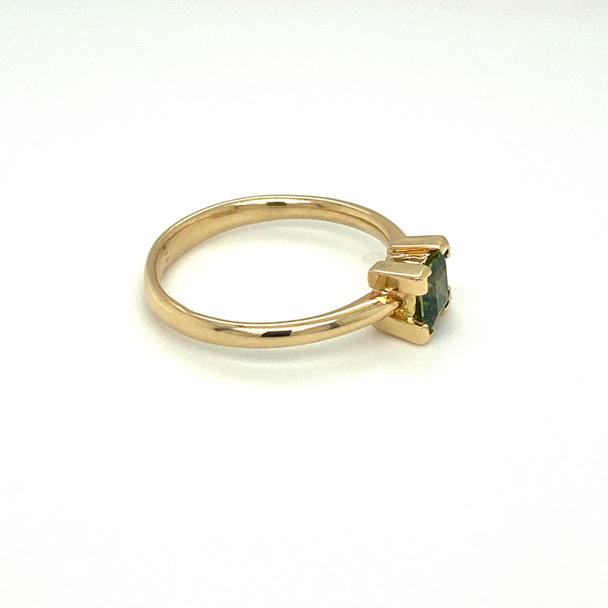 Sapphire & 14ct gold ring