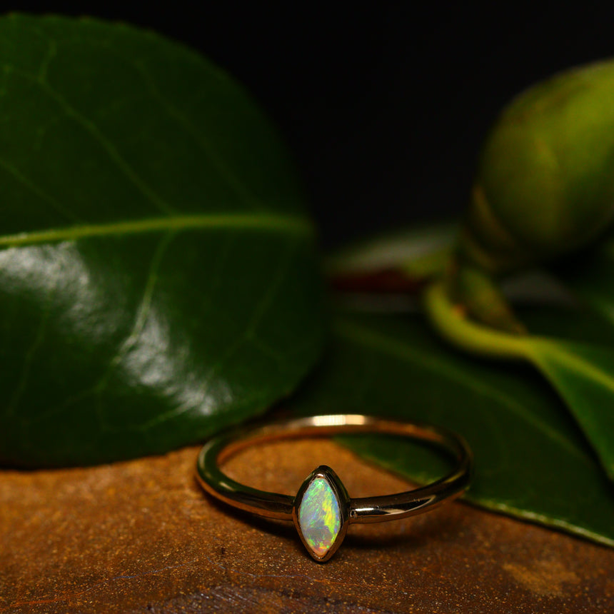 Crystal opal & 9ct gold ring