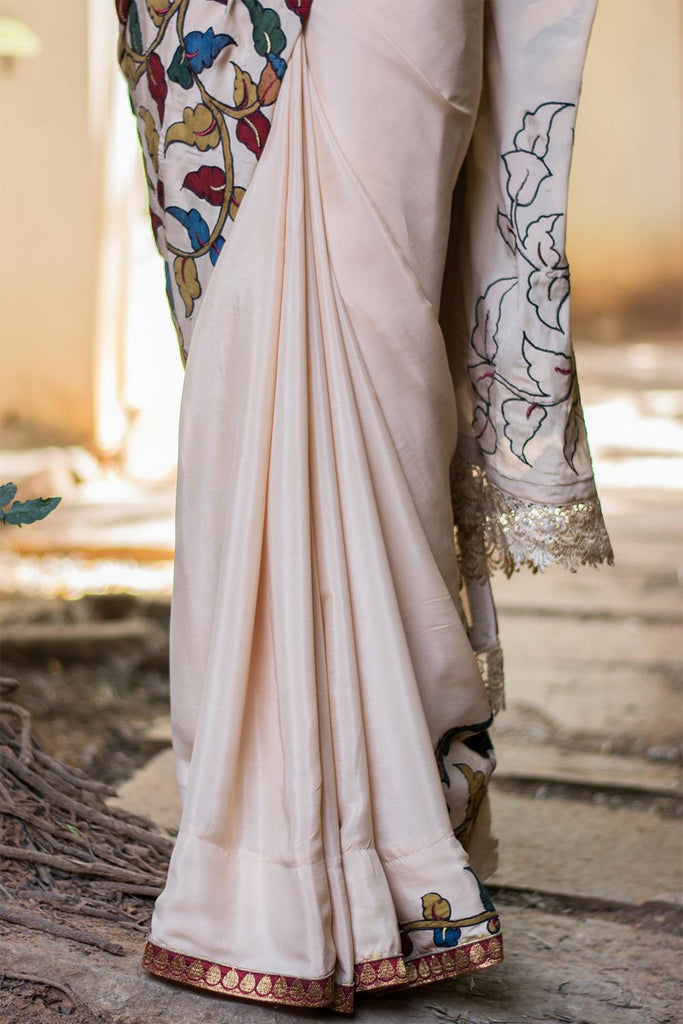 Cream crepe saree with handpainted Kalamkari cross pallu appliqué - House of Blouse